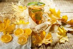 Thé de glace avec l'éclaboussure de citron Thé jaune chaud avec le citron et beaucoup SL Photos stock