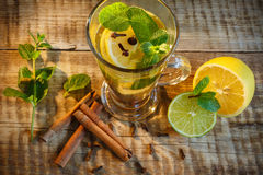 Thé de glace avec l'éclaboussure de citron Thé jaune chaud avec le citron et beaucoup SL Images libres de droits