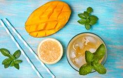 Thé de glace de mangue avec la menthe (vue supérieure) Images libres de droits
