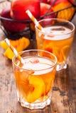 Thé de glace fait maison avec des tranches de pêche en verres avec des pailles Photo libre de droits