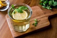 Thé de glace fait maison avec le citron et les feuilles en bon état Images libres de droits