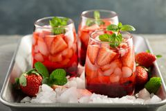 Thé de glace de fraise ou cocktail de froid photos stock