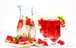 Thé de glace régénérateur d'été avec les fruits frais Photographie stock libre de droits