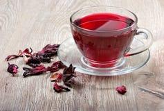 Thé de ketmie Thé de ketmie dans une cuillère en bois Thé de vitamine pour le froid et la grippe image libre de droits