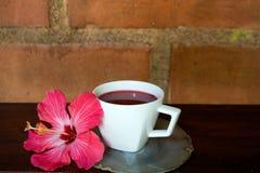 Thé de ketmie sur la table en bois Photo libre de droits