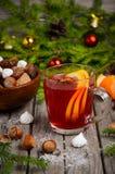 Thé de Noël avec des écrous et des bonbons Photographie stock