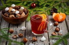 Thé de Noël avec des écrous et des bonbons Image stock