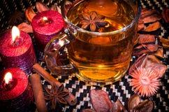 Thé de Noël avec des épices photo stock