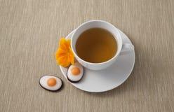 Thé de Pâques avec des sucreries Images libres de droits