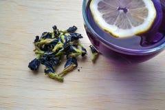 Thé de pois de papillon avec le citron images stock