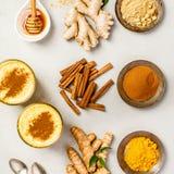 Thé de safran des indes ou latte d'or de safran des indes photos stock