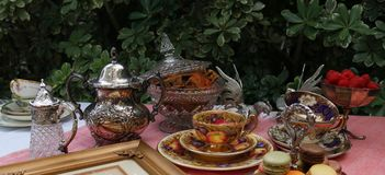 Thé de style de vintage avec des macarons et des fraises photographie stock libre de droits