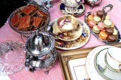 Thé de style de vintage avec des macarons et des fraises image libre de droits