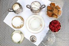 Thé de style de vintage avec des macarons et des fraises Photo libre de droits