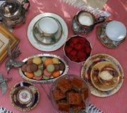 Thé de style de vintage avec des macarons et des fraises Photos stock