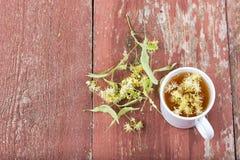 Thé de tilleul dans une tasse sur un fond en bois Photos libres de droits