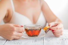 Thé de woth de petit déjeuner avec le citron et les oranges séchées au soleil sur un en bois Photos stock