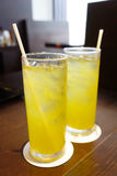 Thé deux vert glacé froid avec des pailles Images stock