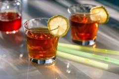 Thé en verres avec la chaux Photos stock