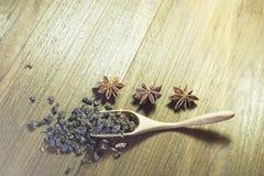 Thé et anis d'étoile sur le fond des panneaux en bois Photos libres de droits