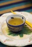 Thé et baguettes chinois Images libres de droits