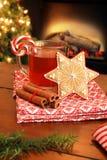 Thé et biscuit de Noël image stock