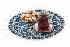 Thé et biscuits, servis sur le platemat qalamkar. Image stock