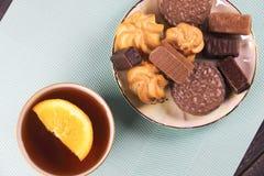 Thé et bonbons sur un fond en bon état Photos stock