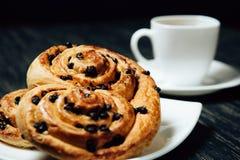 Thé et boulangerie faite maison avec du chocolat sur la table en bois foncée Photographie stock