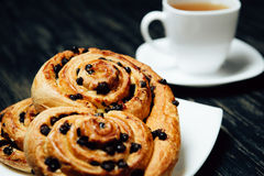 Thé et boulangerie faite maison avec du chocolat sur la table en bois foncée Photographie stock libre de droits