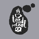 Thé et bretzel dans une bulle de la parole Photos stock