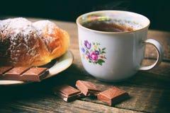 Thé et croissant avec le chocolade Photographie stock libre de droits