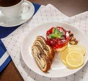Thé et dessert forts de bonbon pour le petit déjeuner Photo stock