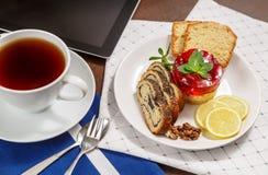 Thé et dessert forts de bonbon pour le petit déjeuner Photo libre de droits