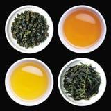 Thé et feuilles de thé rôties dans des cuvettes Photographie stock libre de droits
