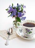 Thé et fleurs photographie stock