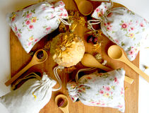 Thé et herbes dans les sacs La vue à partir du dessus Le fond pour la cuisine images stock