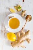 Thé et ingrédients de gingembre sur le fond en bois blanc Photos stock