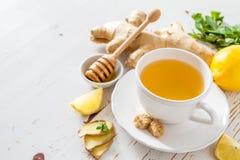 Thé et ingrédients de gingembre sur le fond en bois blanc Photo libre de droits