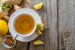 Thé et ingrédients de gingembre sur le fond en bois rustique Photographie stock libre de droits