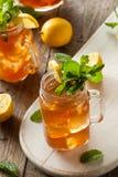 Thé et limonade glacés faits maison images stock