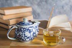 Thé et livre Photo stock
