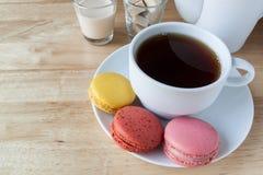 Thé et macarons de petit déjeuner anglais sur la table en bois Images stock