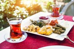 Thé et meze turcs dans le restaurant Images libres de droits