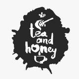 Thé et miel dans une tache d'encre Photos libres de droits