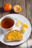 Thé et pain grillé avec de la confiture de mandarine photographie stock
