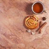 Thé et petit pain de bonbon Photos libres de droits