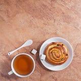 Thé et petit pain frais Image libre de droits