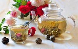 Thé et roses verts d'élite Images stock