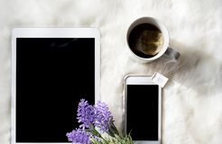 Thé et technologie de matin Photographie stock libre de droits